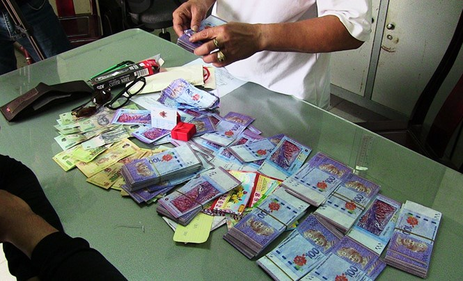 Wong Giao Lian admitted to the police that all of his ringgit notes were fake. Photo: Ba Khanh