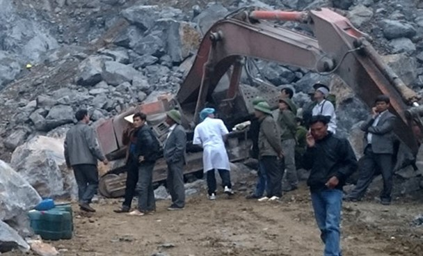 Rescuers remove rocks as they search for trapped workers after a quarry collapse in the central province of Thanh Hoa. Photo: Ngoc Minh