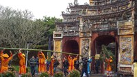 Hue kicks off Tet with bamboo pole-raising custom