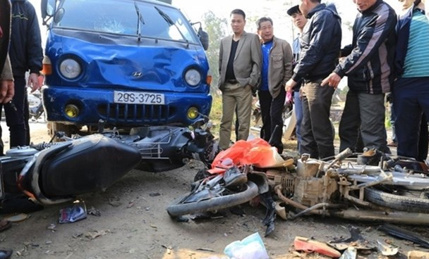 The collision occurred on National Highway No. 6 in Chuong My District's Dong Phuong Yen Commune on Tuesday afternoon. Photo credit: CAND