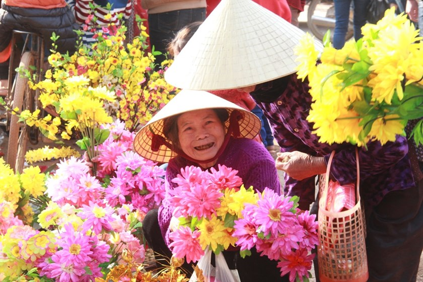 Two elderly women shop at a local market in Nghe An Province on February 7, 2016, the Lunar New Year's Eve. Photo: Pham Duc