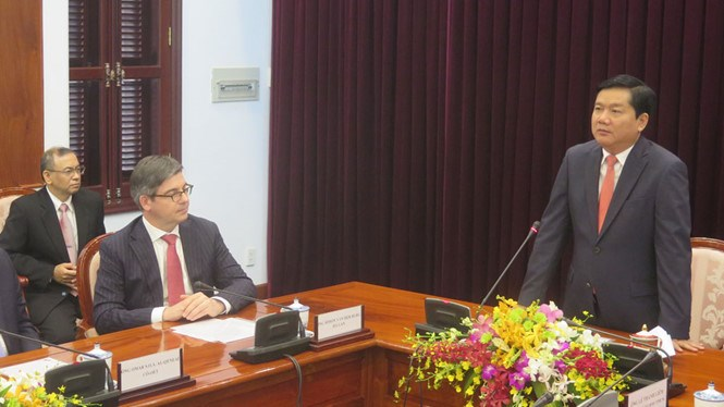 Ho Chi Minh City Party Unit chief Dinh La Thang (standing) at a meeting with 25 foreign consuls general in Ho Chi Minh City on February 23, 2016. Photo: Trung Hieu