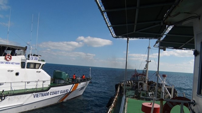 A Vietnamese coast guard ship approaches a Thai boat as the latter is selling diesel to a Vietnamese fishing boat on March 18, 2016. Photo: Thanh Hai