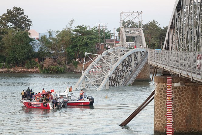 The French-built Ghenh Bridge across the Dong Nai River collapses on March 20, 2016 after being hit by a barge carrying 600 tons of sand. Photo: Bach Duong
