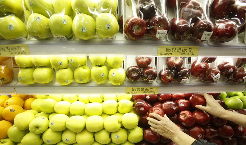 A customer browses for imported American apples at a mart in Hanoi in a file photo. Photo: Kham/Reuters