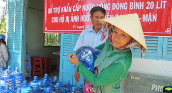 A woman in Ba Tri District, Ben Tre Province receives drinking water under a New Zealand government-funded program. Photo courtesy of Oxfam