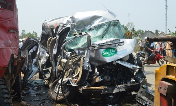 The accident happens on the National Highway No. 1 in Tinh Phong Commune, Son Tinh District, Quang Ngai Province on May 3, 2016. Photo: Hien Cu/Thanh Nien