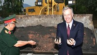 US Ambassador to Vietnam Ted Osius (R) and Vietnam's Deputy Minister of Defense Nguyen Chi Vinh feel the soil that has been cleared of dioxin in the central city of Da Nang on May 3, 2016. Photo credit: Nguyen Dong/VnExpress