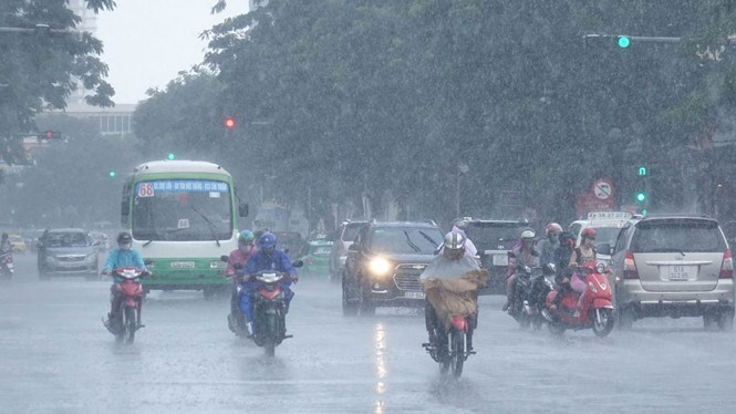 Many districts in Ho Chi Minh City enjoy the first rain of this year on May 5, 2016. Photo: Bach Duong/Thanh Nien