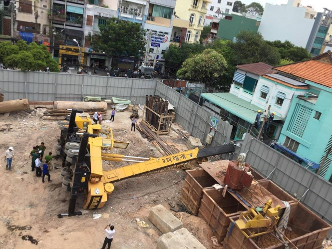 The incident happens at the construction site of an apartment building project in Ho Chi Minh City's District 10 on May 12, 2016. Photo: Duc Tien/Thanh Nien