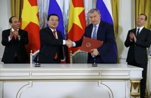 Rosneft and PetroVietnam sign an agreement on cooperation in the presence of Russian Prime Minister Dmitry Medvedev and his Vietnamese counterpart Nguyen Xuan Phuc in Moscow on May 16, 2016. Photo credit: Rosneft