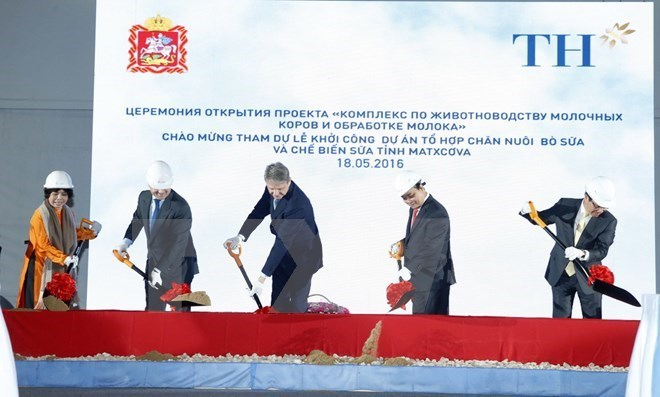 Vietnam's Prime Minister Nguyen Xuan Phuc (2nd, R) and other delegates at the ground-breaking ceremony of the TH dairy plant project in Moscow on May 18, 2016. Photo credit: VNA