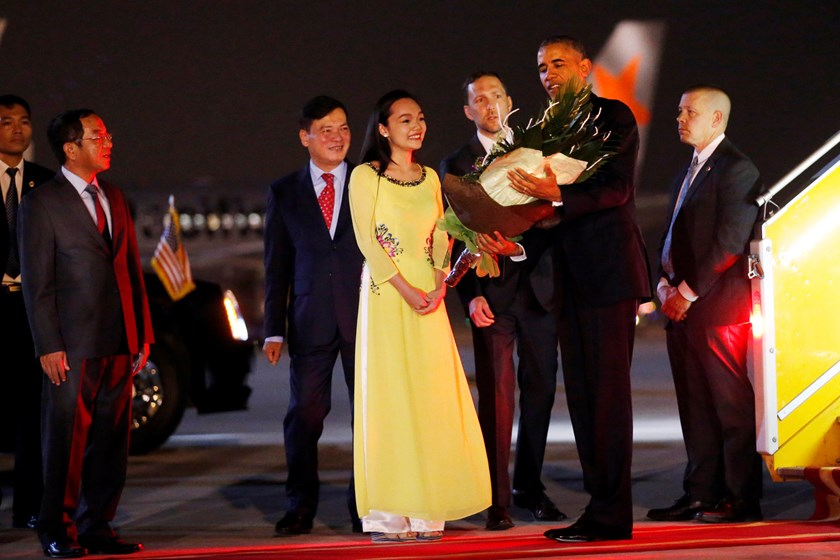 US President Barack Obama receives flowers as he arrives at Noi Bai International Airport in Hanoi on May 22, 2016. Photo credit: Carlos Barria/Reuters