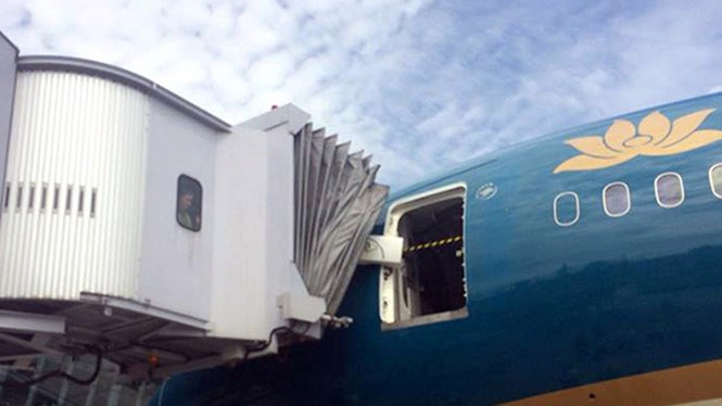 The plane, which had arrived from the UK, was towed to another gate to prepare for a flight to Ho Chi Minh City while the jet bridge was not taken out of the plane's door yet. Photo: CTV/Thanh Nien
