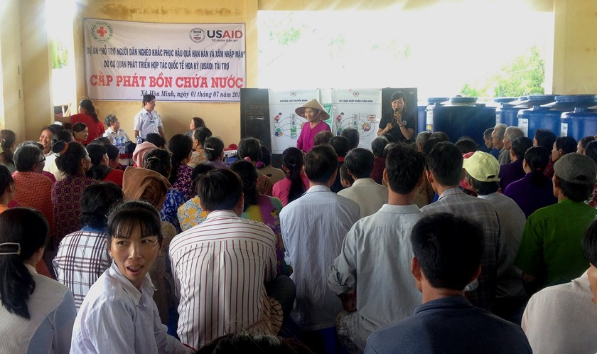 USAID provides water containers to people in Hoa Minh Commune, Chau Thanh District, Tra Vinh Province on July 1, 2016. Photo courtesy of USAID