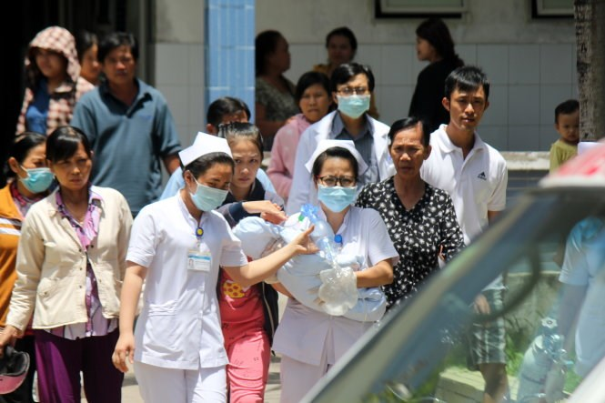 The baby was discharged from Nguyen Dinh Chieu Hospital in Ben Tre Town after doctors said they could not save the baby. Photo credit: Mau Truong/Tuoi Tre