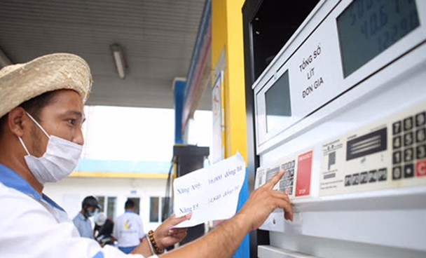 An employee keys in the price of petrol at a pump at a petrol station in Hanoi in a file photo. Photo: Ngoc Thang/Thanh Nien
