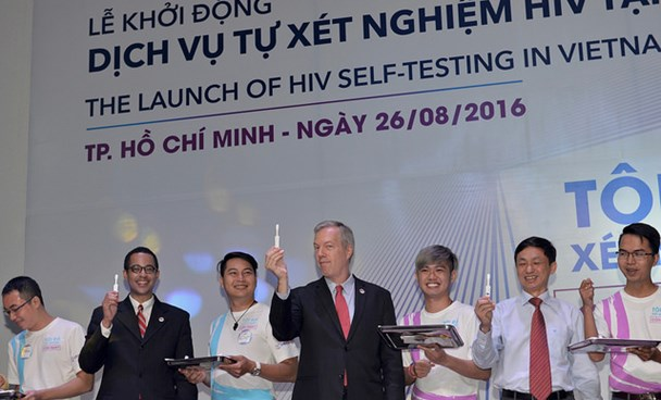 US Ambassador Ted Osius (center) and his husband Clayton Bond (2nd L) join Vietnamese government officials and celebrities to demonstrate how to do the HIV self-test in Ho Chi Minh City on August 26, 2016. Photo credit: Phuong Nguyen/USAID