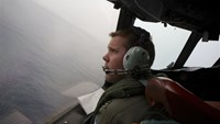 Planes spot objects after search for lost Malaysian jet shifts north