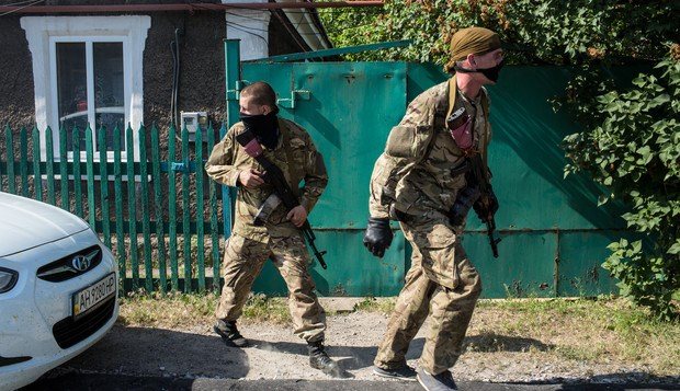 Ukraine fights separatists in east, approaches Russian gas deal