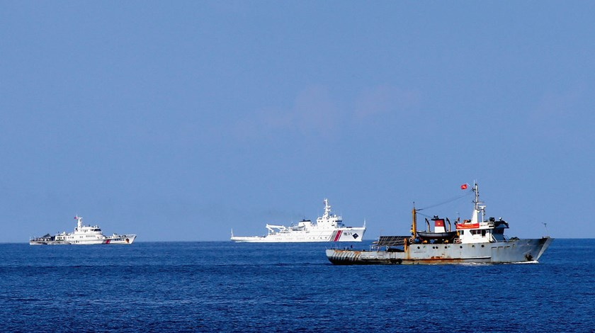 A Vietnamese fisheries surveillance force vessel, right, is trailed by Chinese Maritime Police Bureau ships near the Paracel Islands in the South China Sea, on May 27, 2014. Photo credit: The Asahi Shimbun