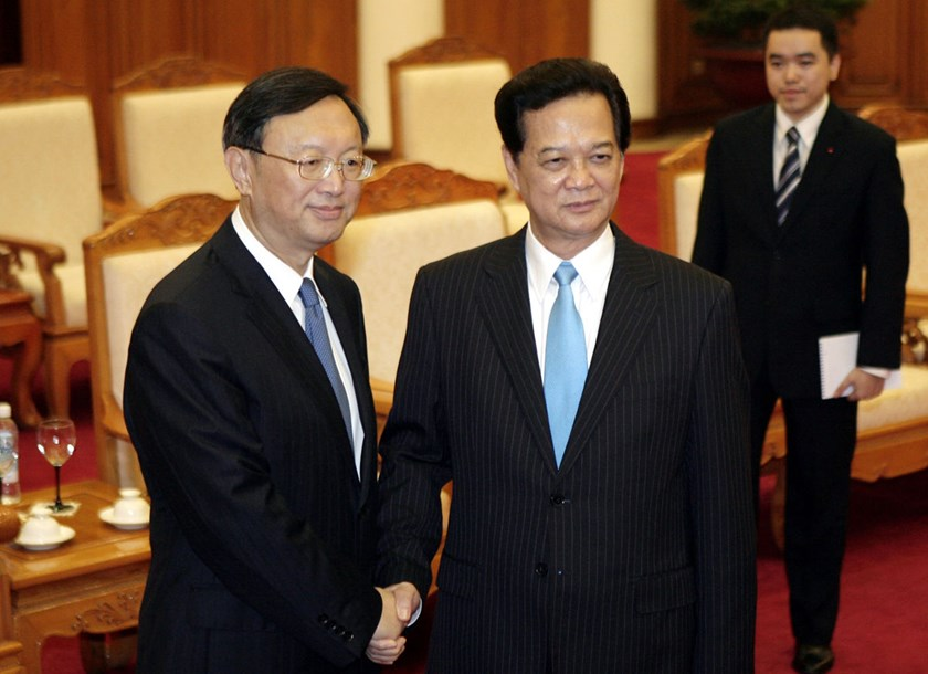 Chinese State Councilor Yang Jiechi, left, and Vietnamese Prime Minister Nguyen Tan Dung pose for photos before their meeting in Hanoi.