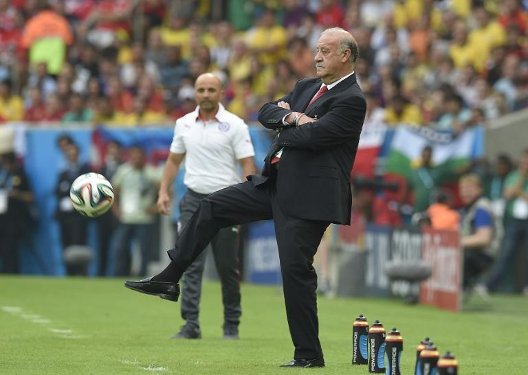 Spain's coach Vicente Del Bosque kicks the ball during a Group B football match between Spain and Chile in the Maracana Stadium in Rio de Janeiro during the 2014 FIFA World Cup on June 18, 2014.