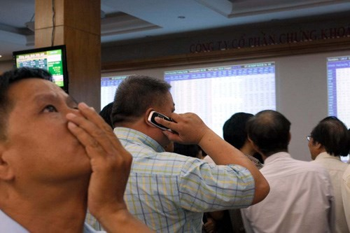 Vietnam index up 0.3 pct at midday in dull trading