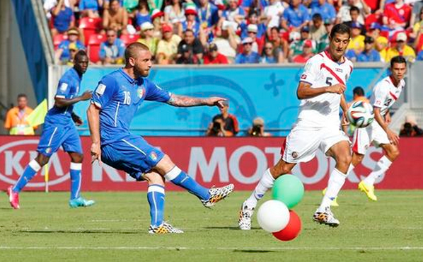 Balloons in Italy's national colours fly on the pitch next to Italy's Daniele De Rossi (front L) as he fights for the ball with Costa Rica's Celso Borges during their 2014 World Cup Group D soccer match at the Pernambuco arena in Recife June 20, 2014.