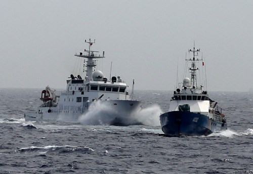 A Chinese coast guard ship (L) apparently attempts to ram a Vietnamese vessel near where China has deployed an oil rig off Vietnam's coast. Photo: Doc Lap
