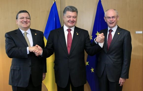 Ukraine's President Petro Poroshenko (C) poses with European Commission President Jose Manuel Barroso (L) and European Council President Herman Van Rompuy (R) at the EU Council in Brussels June 27, 2014.