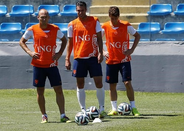 Netherlands' Arjen Robben, Robin Van Persie and Paul Verhaegha pause during a training session ahead of their 2014 World Cup match against Mexico, in Fortaleza June 28, 2014.