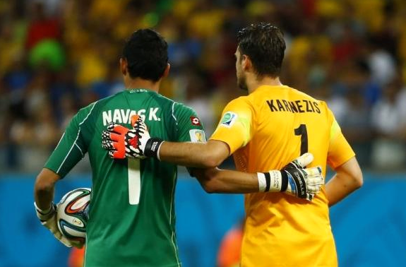 Greece's goalkeeper Orestis Karnezis (R) and Costa Rica's goalkeeper Keilor Navas prepare before the penalty shootout in their 2014 World Cup round of 16 game at the Pernambuco arena in Recife June 29, 2014.