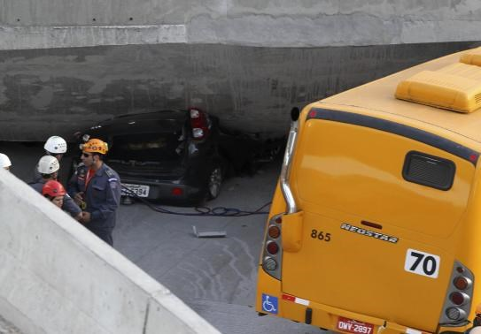 Overpass collapses in World Cup city, crushes vehicles