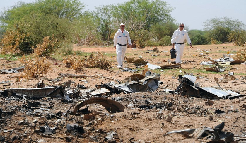 Forensics workers gather evidence at the crash site of the Air Algerie in Mali's Gossi region, on July 29, 2014