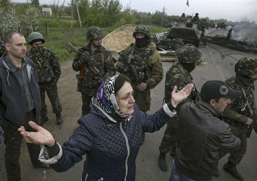 Civilians talk with Ukrainian troops at a checkpoint near Slovyansk on May 2.