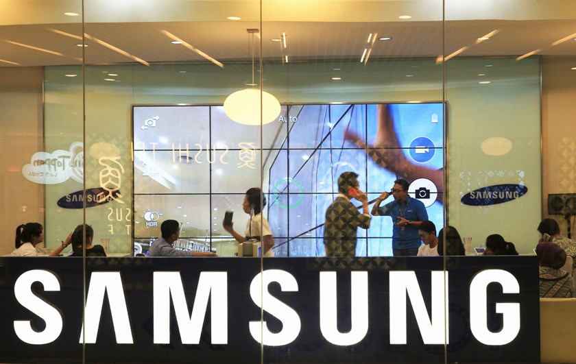 Customers attend a workshop about the Samsung Galaxy S5 in Jakarta, April 11, 2014.