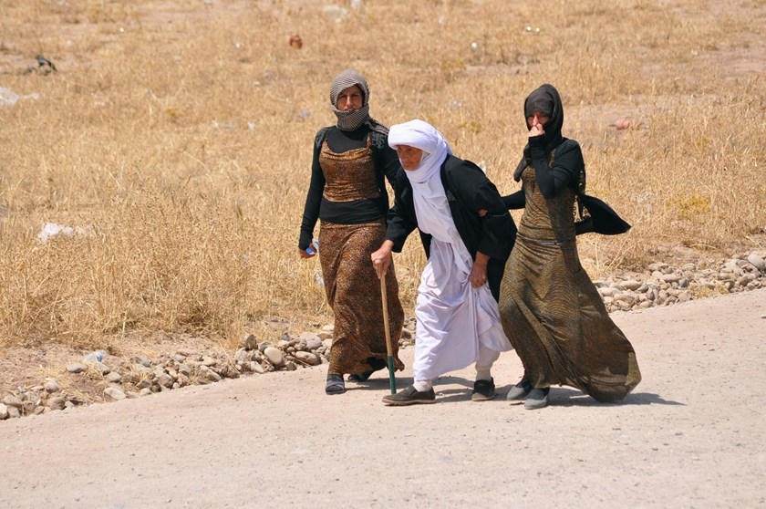 Displaced families from the minority Yazidi sect, fleeing the violence in the Iraqi town of Sinjarl west of Mosul, arrive at Dohuk province, August 4, 2014.
