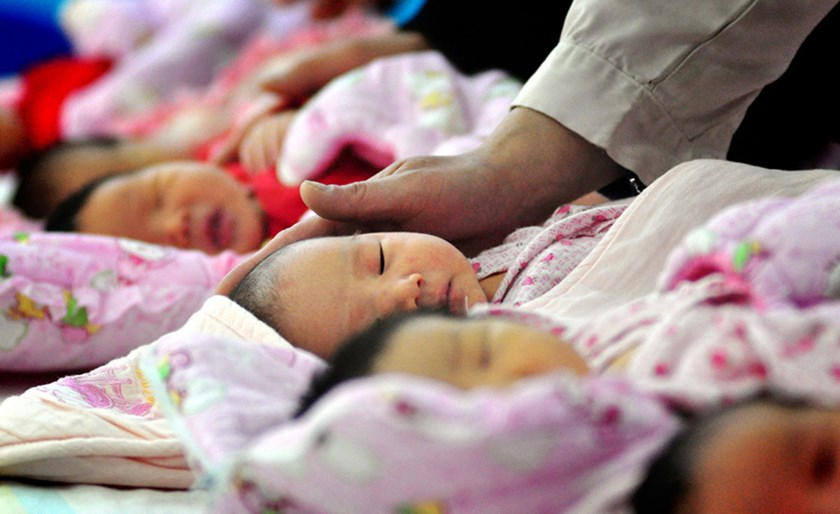 A nurse takes care of newborn infants at a womens and childrens hospital in Taiyuan city, northwest Chinas Shanxi province, China.