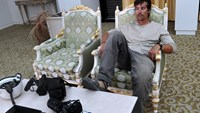 A photo taken on September 29, 2011 shows U.S. journalist James Foley resting in a room at the airport of Sirte, Libya.