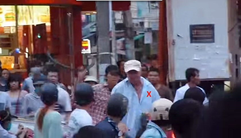 American expat Dennis Marshall Gray (marked X) being attacked by Le Van Phuoc, with a bicycle tire.