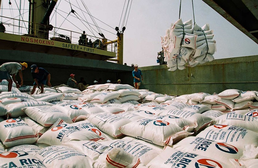 Vietnamese workers load bags of rice bound for the Philippines onto a ship. Photo credit: Bao Cong Thuong