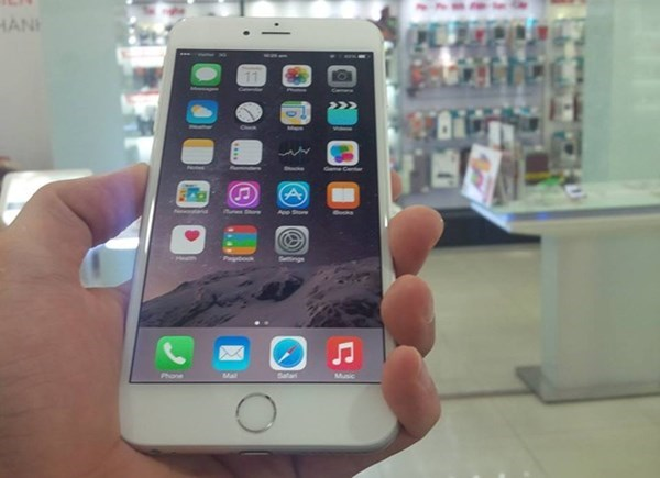 An iPhone 6 Plus held by an employee of Nhat Cuong mobile shop in Hanoi. Photo courtesy of Nhat Cuong Mobile.