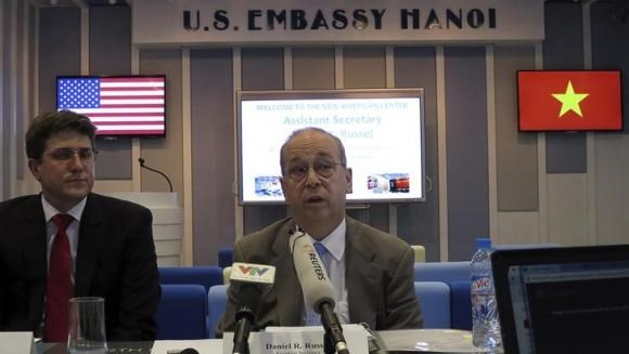 U.S. Assistant Secretary of State for East Asia and the Pacific Daniel Russel (R) speaks at a news briefing in Hanoi May 8, 2014.
