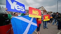 Yes and No campaigners in Blantyre, Scotland, on September 4, 2014. Scotland's nationalists overtook the anti-independence campaign in an opinion poll for the first time this year.