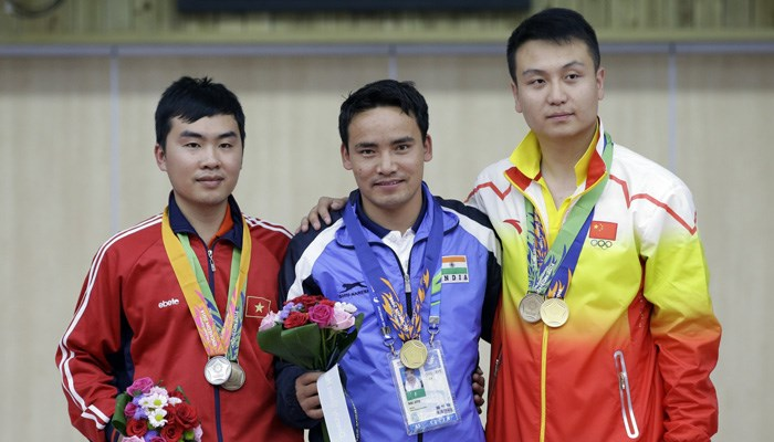 Nguyen Hoang Phuong (L) finish second in the 50m pistol event