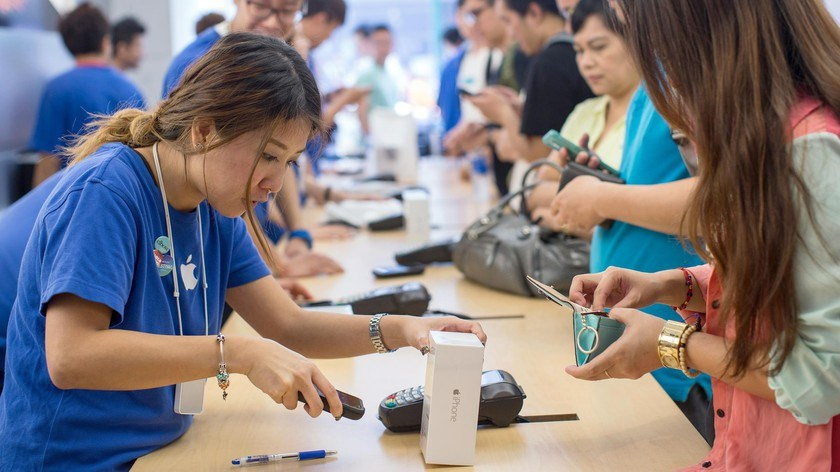 Sales at an Apple store during the sales launch of the iPhone 6 and iPhone 6 Plus in Hong Kong, China, on Sept. 19, 2014. Apple stores attracted long lines of shoppers for the debut of the latest iPhones, indicating healthy demand for the bigger-screen sm
