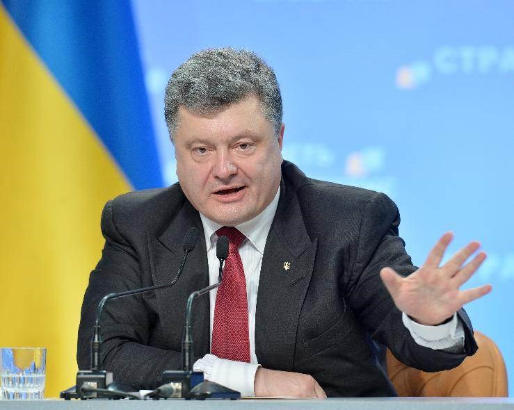 Ukrainian President Petro Poroshenko gestures as he answers questions during a press conference in Kiev, on September 25, 2014