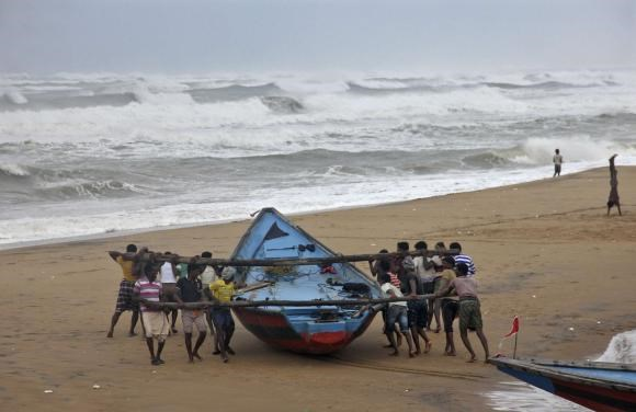 Cyclone Hudhud hammers India's eastern seaboard, at least two dead