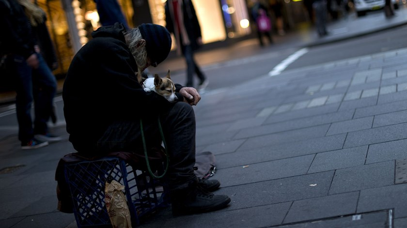 The poverty rate in Australia climbed to 14 percent in 2012, or 2.55 million people, from 13 percent in 2010, an Australian Council of Social Service report showed.